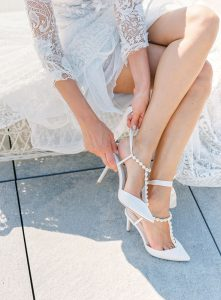 The bride wears the wedding shoes